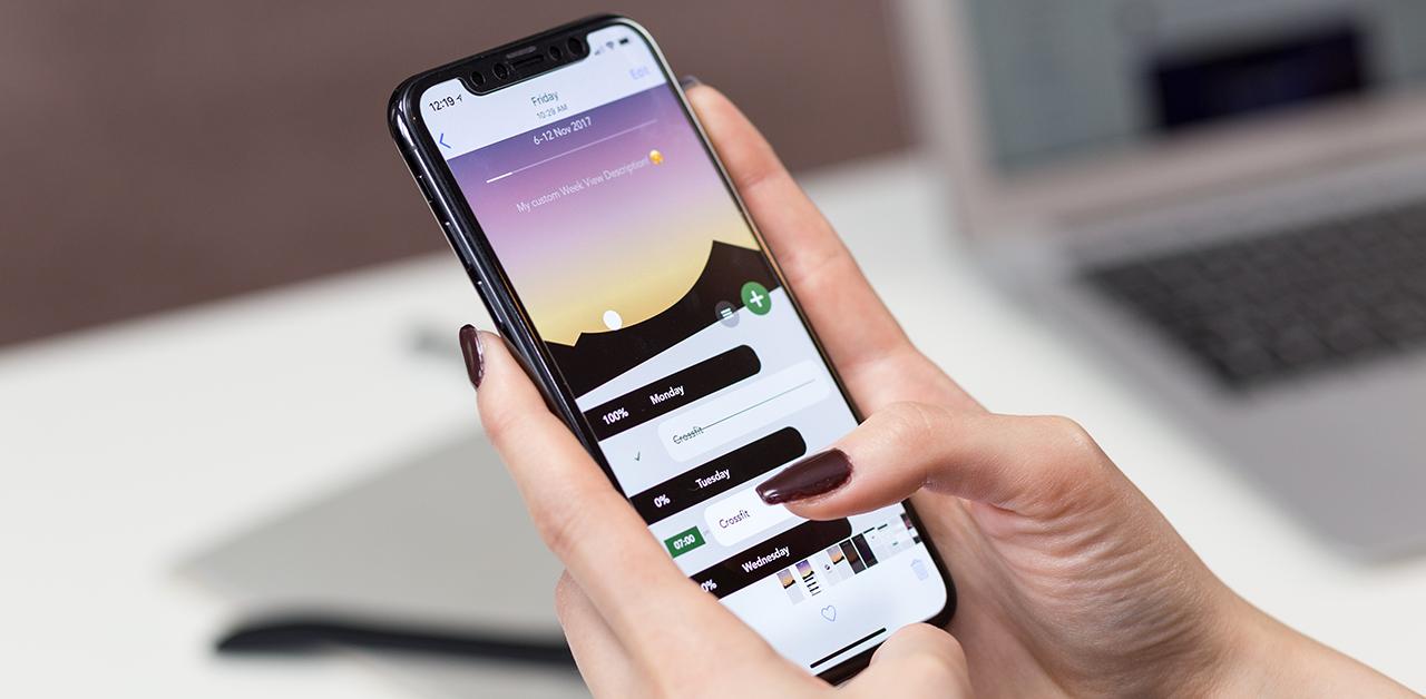 mulher com celular na mão para atualizar iphone