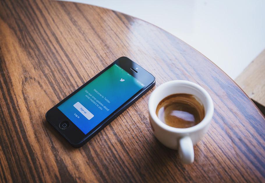 celular com assuntos mais comentados do Twitter em setembro