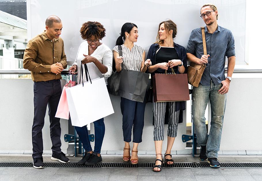 pessoas com sacolas de compras na Black Friday