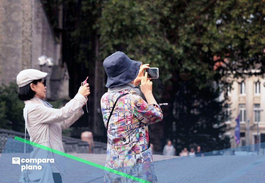 mulheres usando celular com roaming internacional