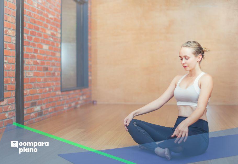 mulher meditando com aplicativos de meditação